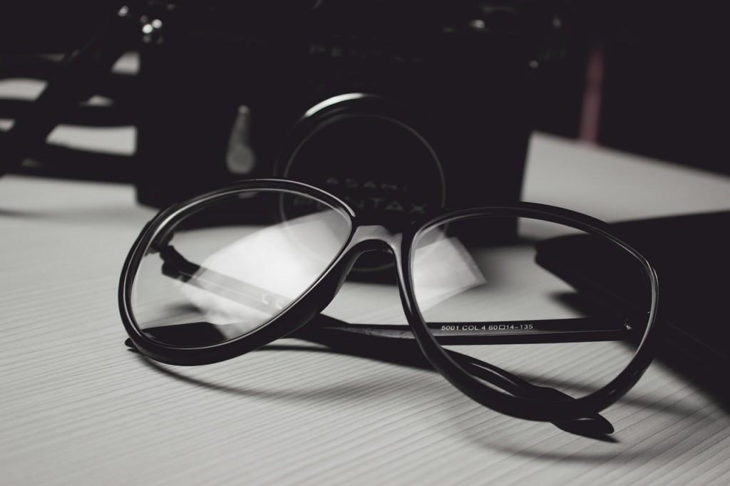 gafas-reflexión-por-la-grieta-entra-la-luz